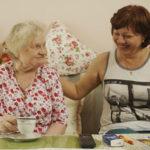 Unterhaltung zwischen Klientin und Pflegerin